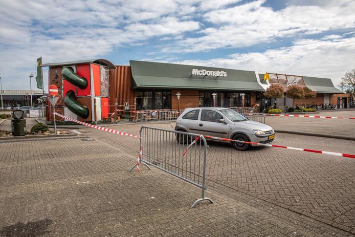 Bij McDonald's Zwolle-Noord is alleen de drive-thru open. Klanten worden door afzettingen direct weer naar de openbare weg geleid. Het is de bedoeling om het eten thuis op te eten; in de praktijk doen veel klanten dat op de naastgelegen Floresstraat. Eigenaar Feenstra hoopt dat dit stopt nu er nieuwe landelijke maatregelen tegen samenscholing zijn.