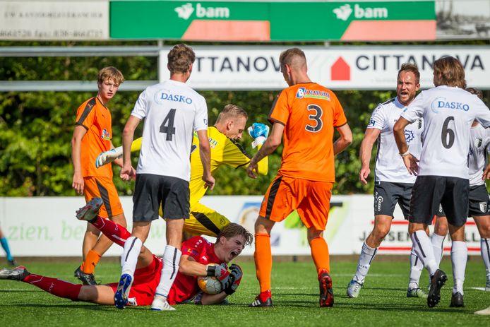 Berkum en Genemuiden troffen elkaar dertien maanden geleden op de eerste speeldag, waarbij de Zwolse doelman Huib Veurink in de verdrukking kwam bij een corner van Sportclub. De Zwollenaren wonnen wel (1-0). Nu spelen beide teams op de vierde speeldag weer tegen elkaar.