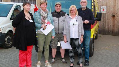 Jubilerende vrijwilligers Rode Kruis in de bloemetjes gezet