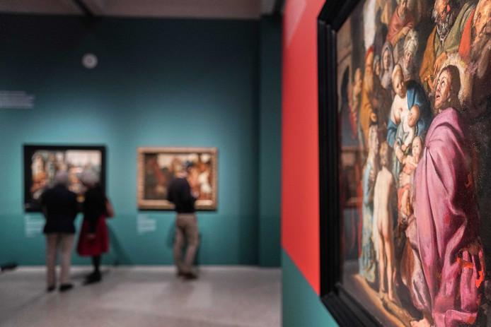 2019-10-31 10:57:20 LEIDEN - Het schilderij Laat de kinderen tot mij komen van Rembrandt in Museum De Lakenhal. Het enkele jaren geleden ontdekte schilderij maakt deel uit van de tentoonstelling De jonge Rembrandt - Rising Star. ANP PHIL NIJHUIS
