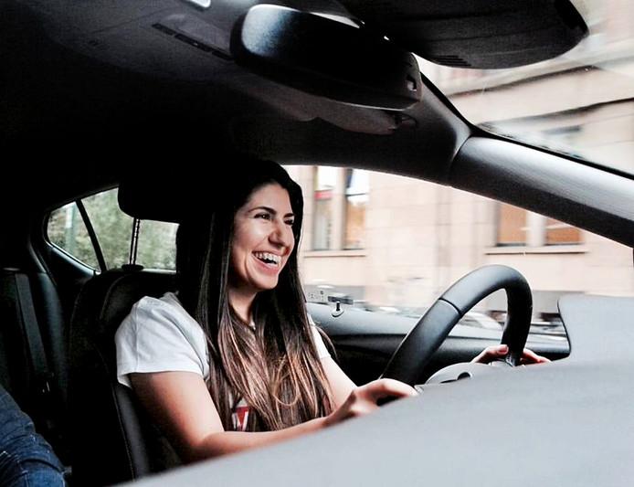Teni Stepanosian lest in een auto die bijna alles zelf kan.
