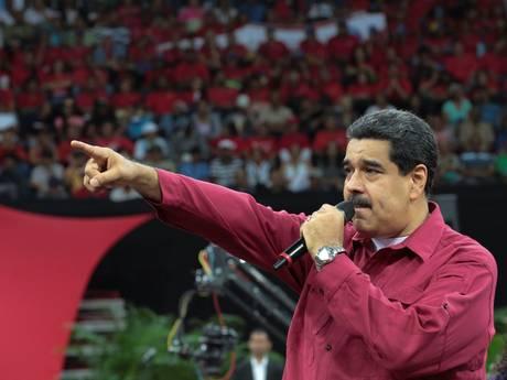 President Venezuela dreigt met oorlog na aanval helikopter