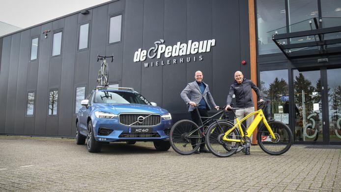 Volvo-dealer Harrie Arendsen nam vorig jaar Wielerhuis De Pedaleur over. Links eigenaar Frank Arendsen van de Volvo-dealer en rechts eigenaar Rob van der Wal van De Pedaleur. Inmiddels is bekend dat de Volvo-dealer ook eigenaar wordt van Goossens Tweewielers Velp.