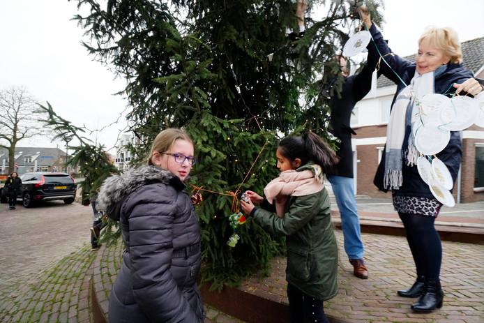 De Millingse kerstboom wordt opgetuigd.  Foto Gerard Verschooten