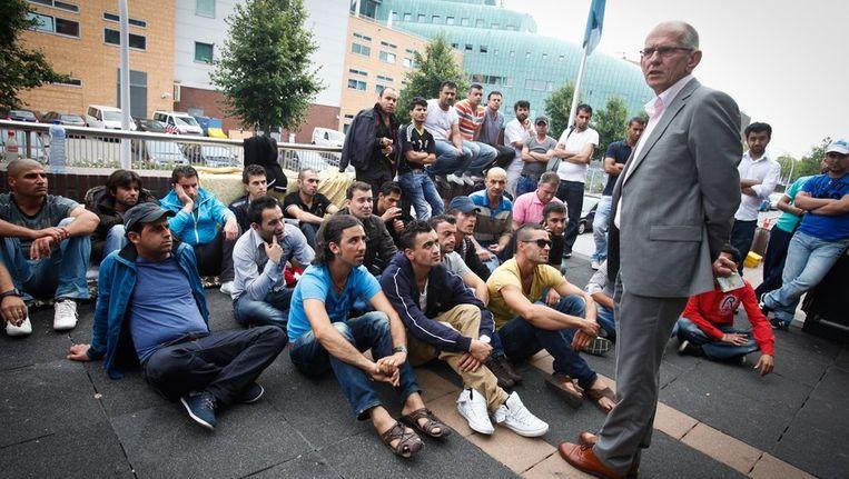Een woordvoerder van de gemeente spreekt met de demonstrerende Irakezen bij de IND in Zwolle. Beeld anp