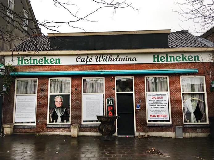 Café Sien ging op 13 december 2019 open om niet veel later weer op last van de burgemeester te sluiten. De horecazaak eerder bij die opening het in december plotseling overleden raadslid Andreas Rose, zie foto.