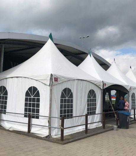 VVAC breidt voetbalkantine uit met tenten om meer bezoekers kwijt te kunnen