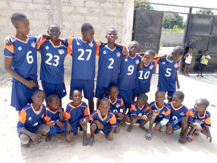 De shirts van Avior volleybalclub uit Deventer krijgen in Gambia een tweede leven.