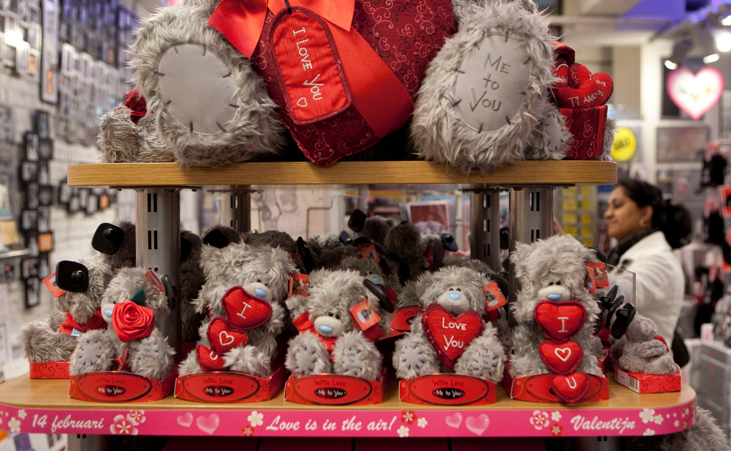 Knuffels met een liefdesboodschap zijn vooral rond Valentijnsdag populair.