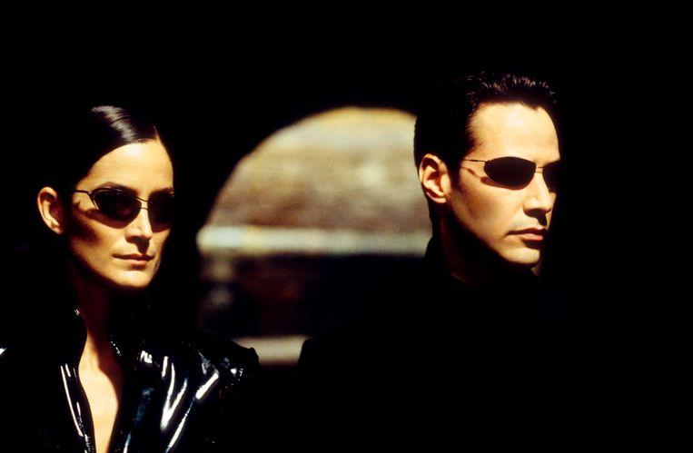 """Carrie-Anne Moss als Trinity (links). Zij is Neo's """"love interest"""" in de trilogie."""