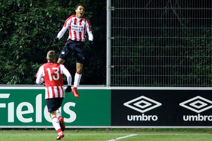 Donyell Malen keerder eigenhandig Jong PSV - Almere City FC om met twee goals: 3-2.