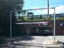 Man negeert waarschuwingsbord en probeert bestelbus toch door tunnel te rijden, maar dat mislukt