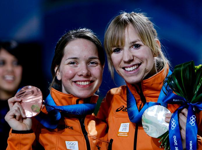 Laurine van Riessen (L) samen met Annette Gerritsen op het podium tijdens de Spelen in Vancouver.