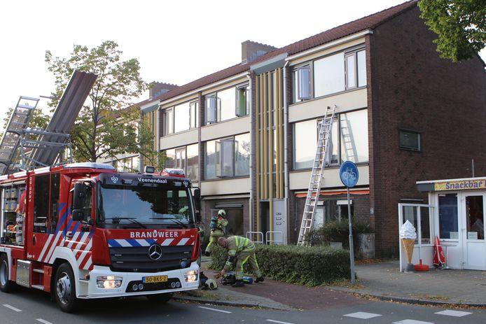 De brandweer ter plaatse bij de flatwoning in Veenendaal waar brand ontstond.
