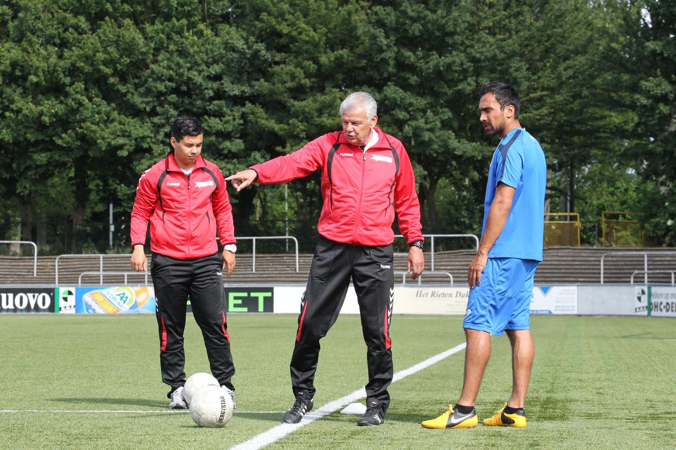 Chris Kronshorst (m) en Jason Vermeer (l) geven training.