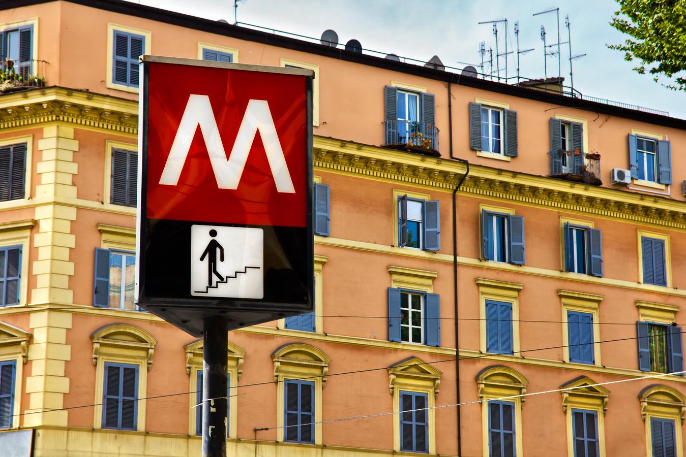 Toegang naar een metrostation in Rome, maar dan wel voor de benenwagen.