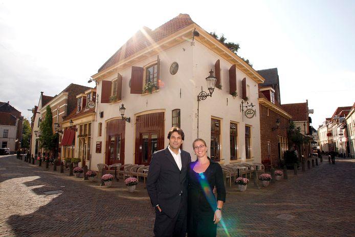 Peter van Emde Boas met zijn vrouw Angelique voor hun restaurant Boas in betere tijden.