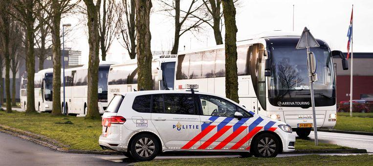 Leden van studentenvereniging Vindicat komen aan met de bus in Groningen.  Beeld ANP