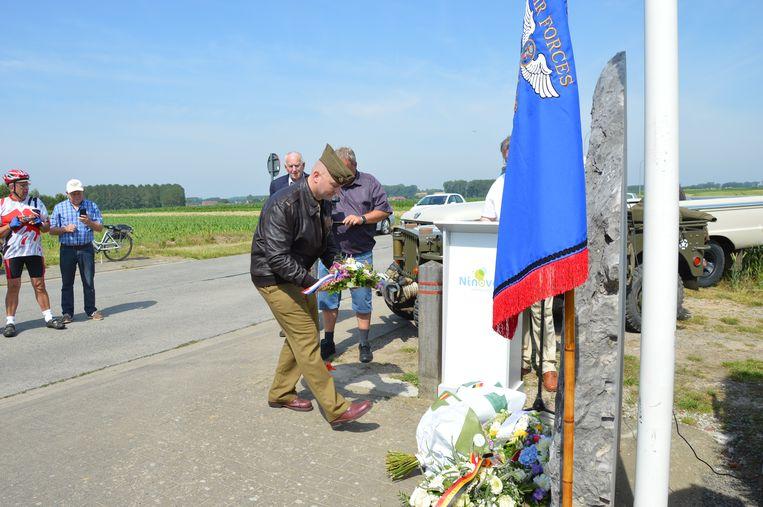 Re-enactor Tom Liottier legt bloemen neer aan het monument in Outer.