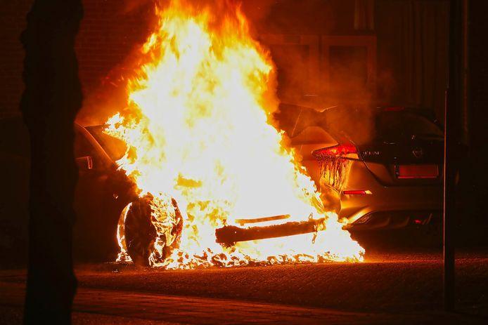 Een dubbele autobrand bij Ussenstelt in Oss.