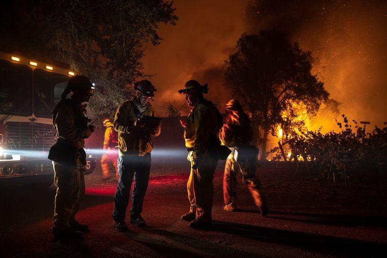 De brandweer in Healdsburg, in een gebied waar 90.000 mensen wonen.  Beeld EPA