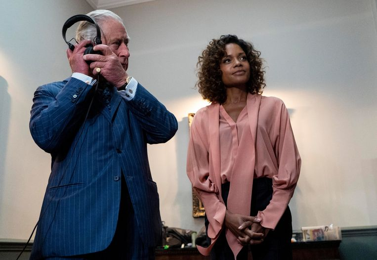 Prins Charles op de set van James Bond met Naomi Harris.