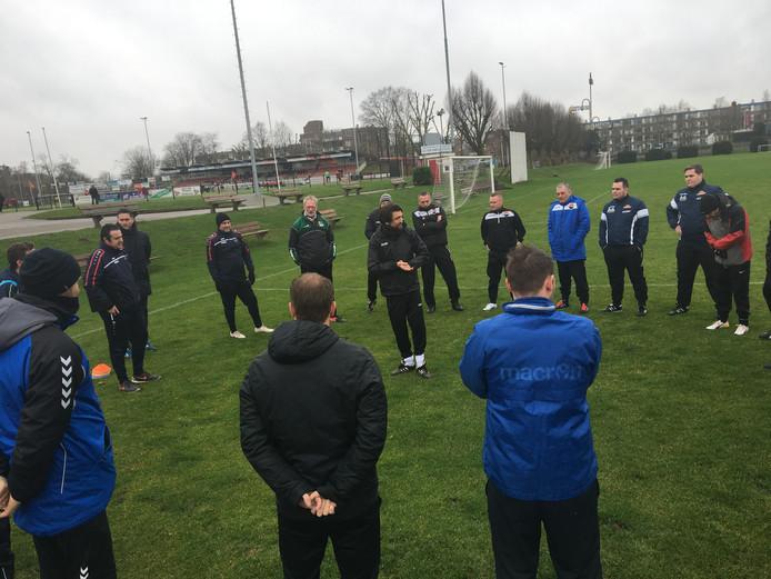 Voormalig NEC-trainer Peter Hyballa (midden) geeft instructies aan amateurtrainers.