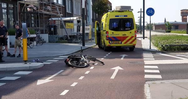 Fietser zwaargewond naar ziekenhuis na ongeluk in Enschede.