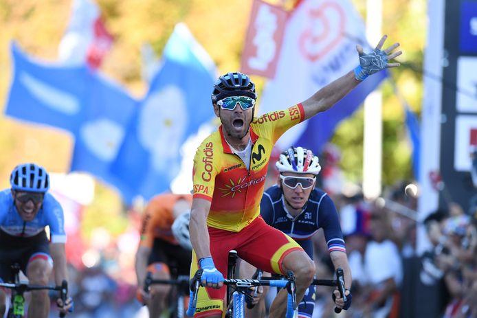 Romain Bardet  strandt achter de vierende Alejandro Valverde op de tweede plaats, in de achtergrond buigt Tom Dumoulin zijn hoofd.