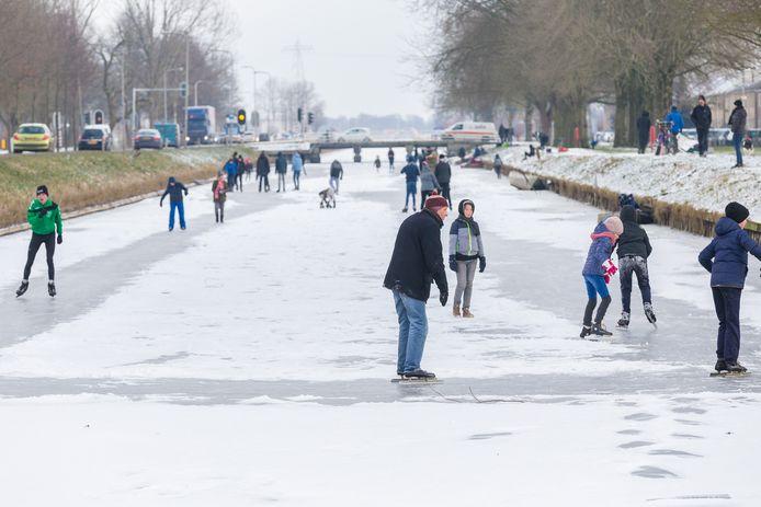 Schaatsen op de Dedemsvaart bij Hasselt