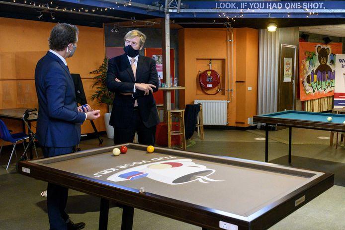 Koning Willem-Alexander tijdens een bezoek aan initiatief Tijd voor Krijt. Tijdens het bezoek staat De Week tegen Eenzaamheid centraal.
