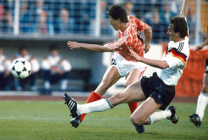 21 juni 1988: Marco van Basten (links) in duel met Jürgen Kohler.
