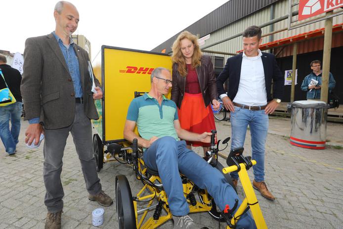 Tijdens Cargo Bike Festival presenteert DHL de fiets-met-container. Daarmee gaat DHL door de stad rijden om pakjes te bezorgen.
