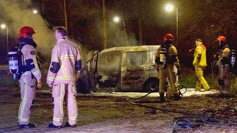 Een afgebrande bestelbus in Duivendrecht is mogelijk van de dader Beeld Reinder van Zaanen