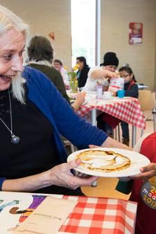 Leenoma's genieten van pannenkoekenchaos op school