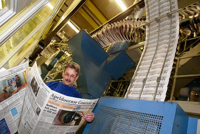 Historisch beeld: een medewerker controleert in de drukkerij van Wegener in Apeldoorn de Apeldoornse Courant die van de pers rolt. FOTO ANP