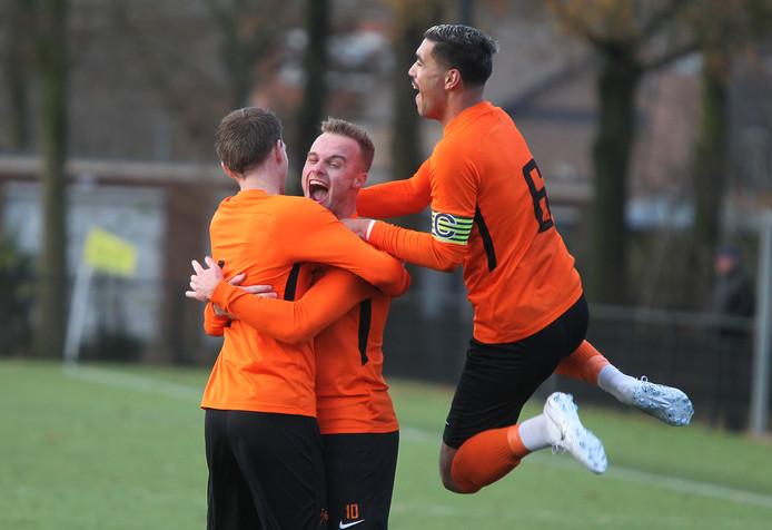 Rick Timmermans van Voorwaarts juicht nadat hij de 3-0 heeft gemaakt tegen De Zweef (4-0 zege) en viert dat met Matthijs Kamphuis en Aanvoerder Nino Wattimena (rechts).