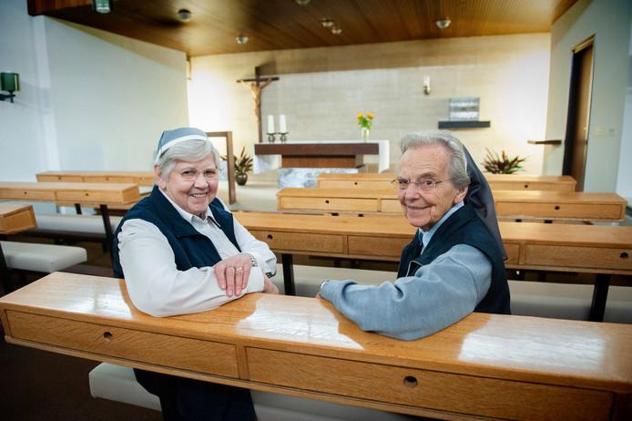 Twee van de drie laatste zusters van Carolus Borromeus in de kapel van hun klooster aan de Hervensebaan. Rechts zuster Emmanuela en links zuster Eugenie