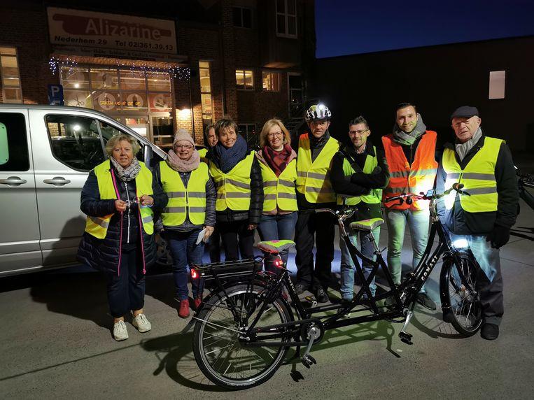 Weerman Frank Deboosere en het gezelschap dat een fietstochtje maakte in Halle richting Wereldcafé.