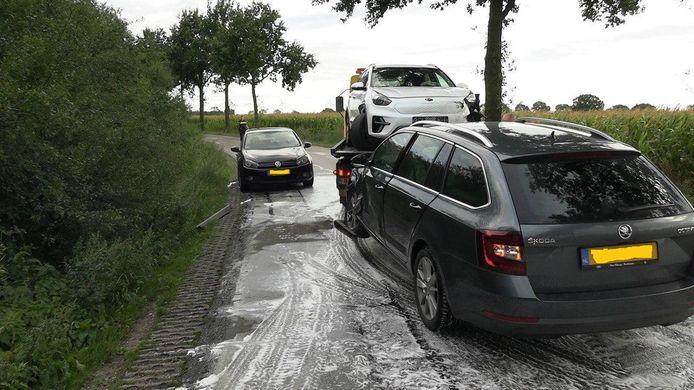 Vier auto's zijn dinsdagavond van de weg geraakt op de Dr. Hoegenstraat in Azewijn door een oliespoor.
