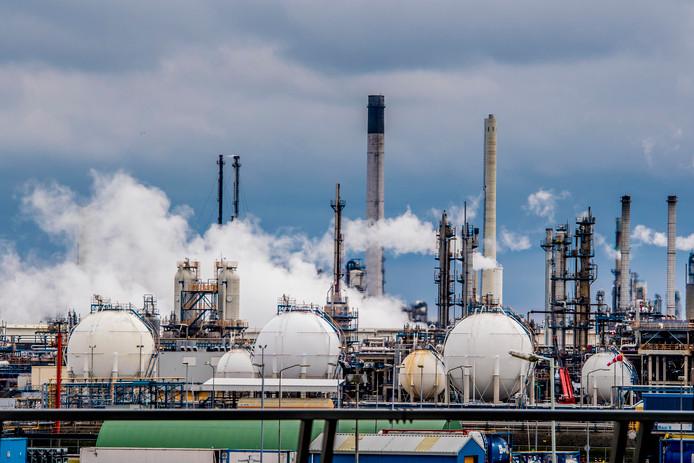 Nederlanders willen dat niet alleen landen, maar ook bedrijven zich houden aan de klimaatdoelstellingen. Voor Shell (zie foto) schaamt de Nederlander zich het meest.