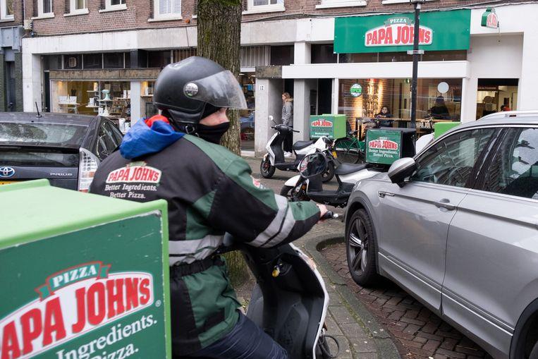 Bezorger bij filiaal van Papa John's in Amsterdam.  Beeld Sabine Van Wechem