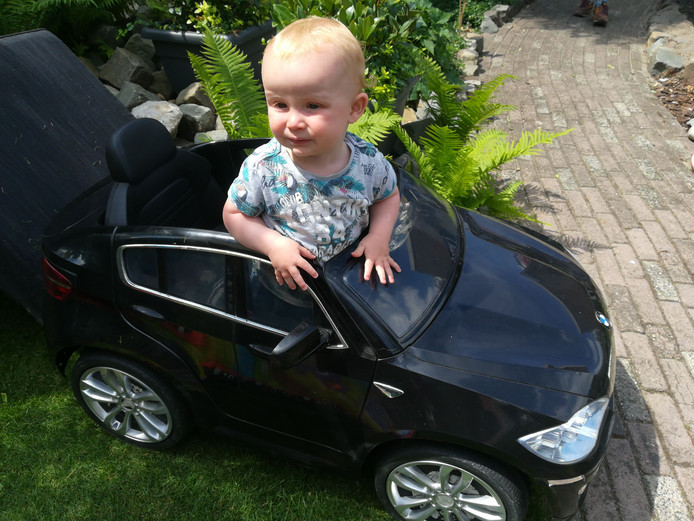 Cas krijgt niet pas op zijn zestiende een auto, maar krijgt hem al op zijn eerste verjaardag. En niet zomaar één: een cabrio. Perfect voor het warme weer.