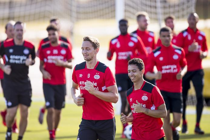 PSV-spelers Luuk de Jong  en Junior Mauro tijdens een trainingskamp in Florida.