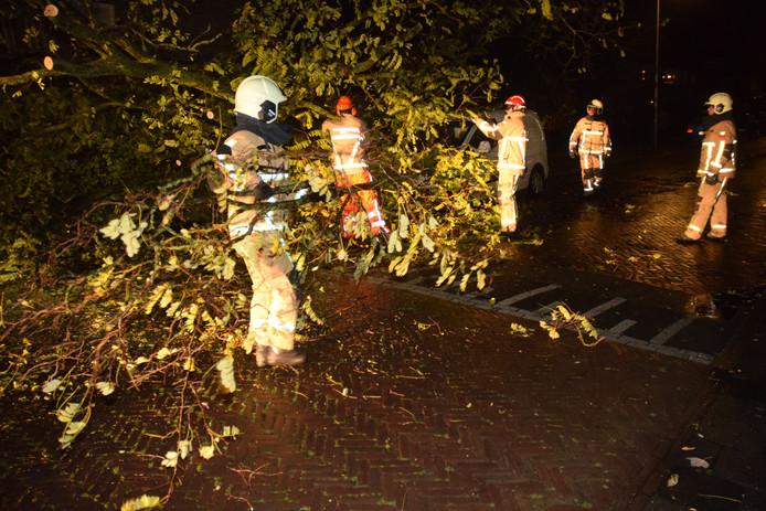 De brandweer was druk aan het werk in de Jan van Galenstraat in Hengelo waar door de storm  een boom op een geparkeerde auto waaide. De schade was beperkt.