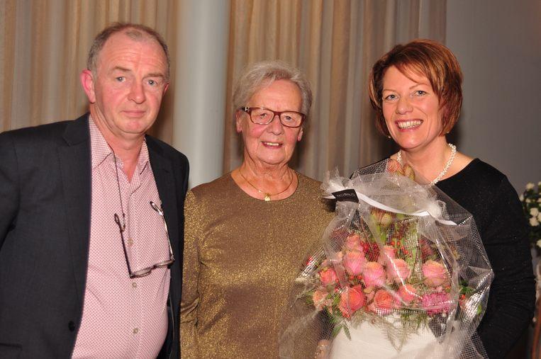 Voorzitter Zuster Beatrijs krijgt van coördinerend directeur Christ Meuleman en de nieuwe directeur van Ophasselt, Hilde Merckx, een bloemstuk overhandigd.