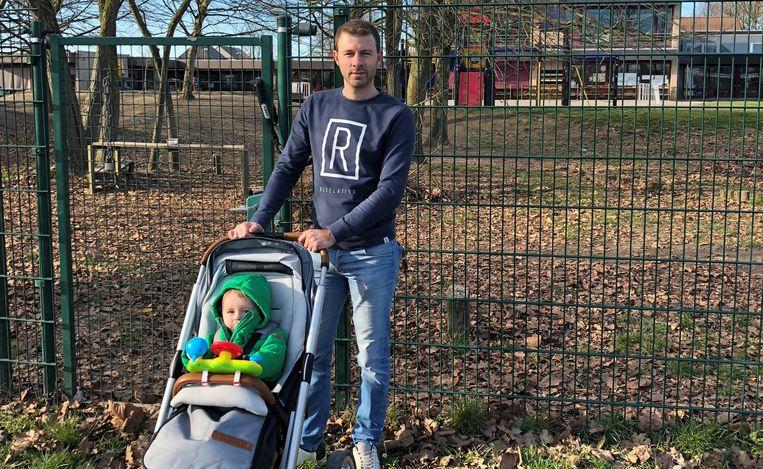 Gemeenteraadslid Jannik Grooten en zoontje Lenn voor de speeltuin van GBS Mozaïek.