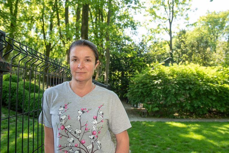 Heidi Vuylsteke in haar tuin. De mast komt op het achterliggende domein.