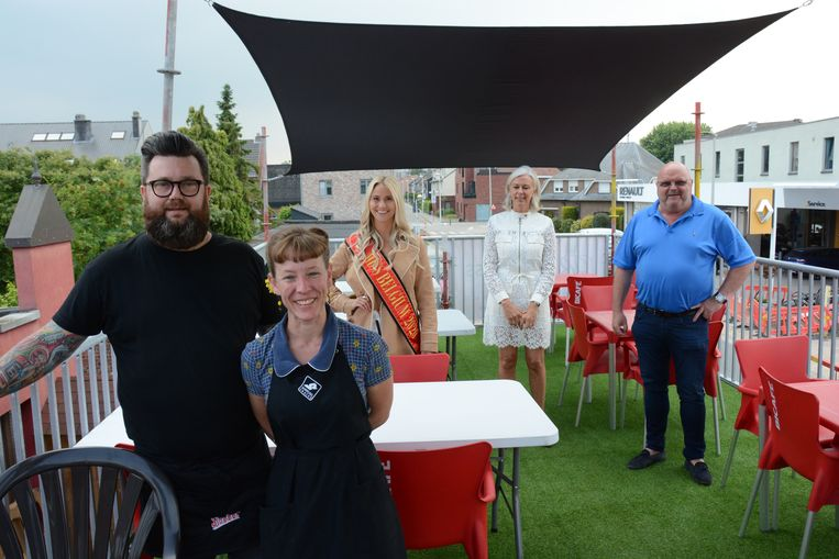 Robby en Renata Aps van frituur 't Patatje mochten woensdagavond Michel Van den Brande en Miss België Celine Van Ouytsel verwelkomen voor de opening van hun terrastoren.