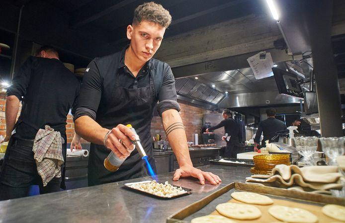 Kok Dani Hoefnagels aan het werk in het Eindhovense restaurant Zarzo. Hij gaat nu in Barcelona aan de slag.